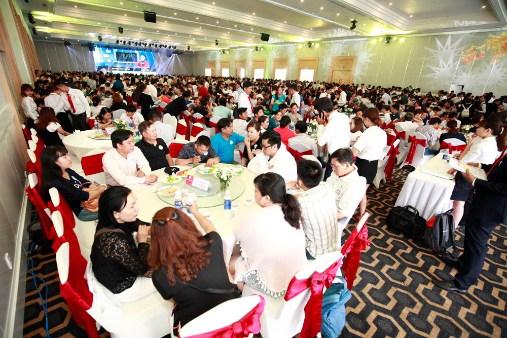 Hàng ngàn người chen lấn mua đất nền giá rẻ